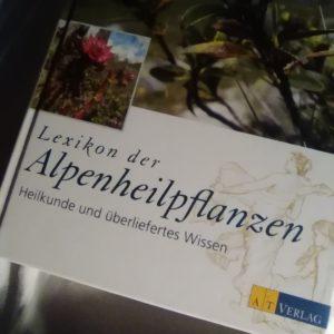 Gefunden und gelesen: Lexikon der Alpenheilpflanzen – Heilkunde und überliefertes Wissen