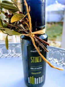 Sardisches Olio di lentisco. Auf der Flasche ist ein Zweiglein des Masix-Strauches angebracht.