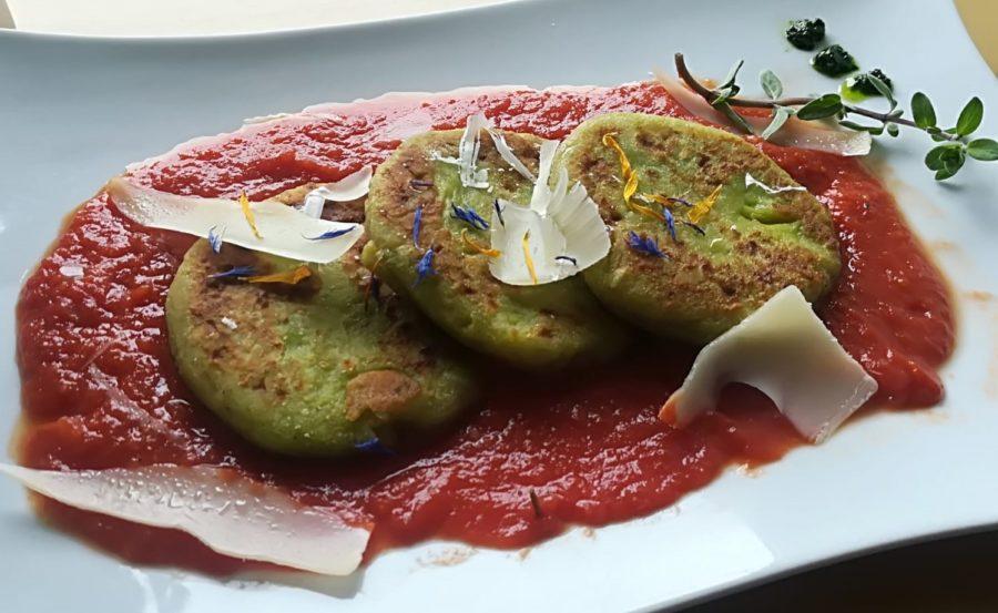 Bärlauch-Kartoffelpuffer auf Tomatensoße
